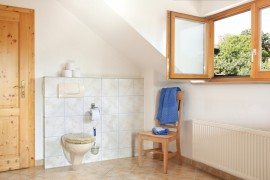 Na het douchen is het goed om te ventileren door middel van het openen van een raam.©Marina Lohrbach - Fotolia
